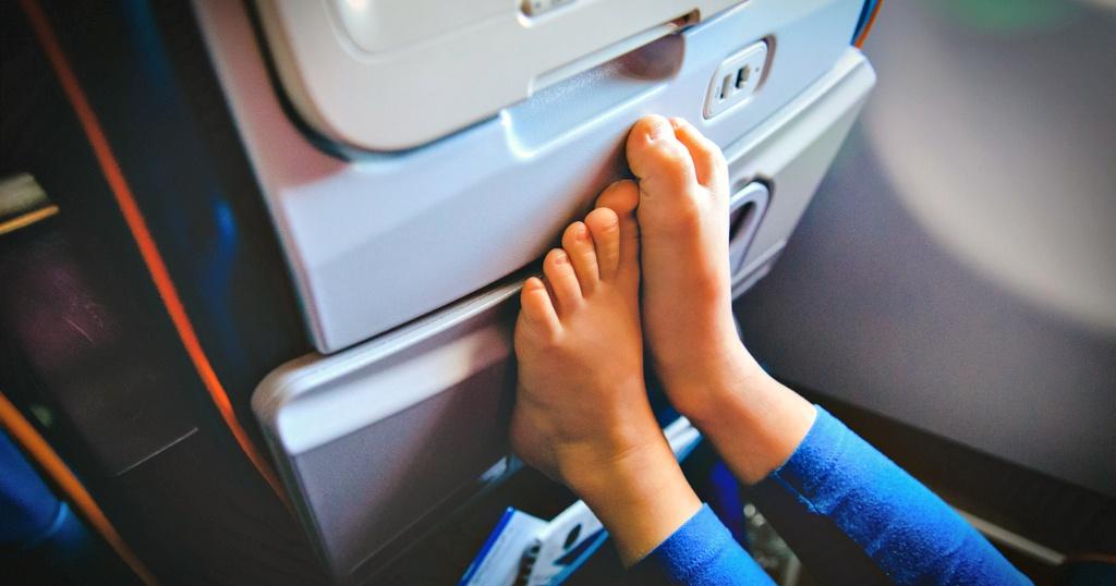 Vì sao không nên cởi giày khi đang ở trên máy bay